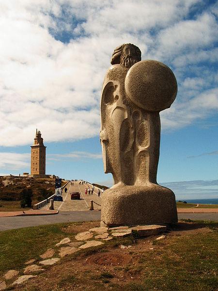 Archivo:Estatua de Breogan con la Torre de Hercules al fondo.jpg