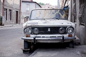 English: Car (Lada 2101) Up on blocks in