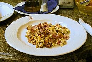 English: Scrambled eggs with bacon Español: Hu...