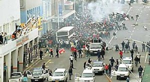 Police attack demo during the 2006 South Afric...