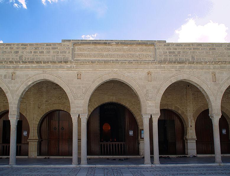 Arcs et colonnes du portique qui précède la salle de prière