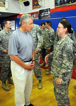 English: Sen. Chuck Hagel speaks with servicem...