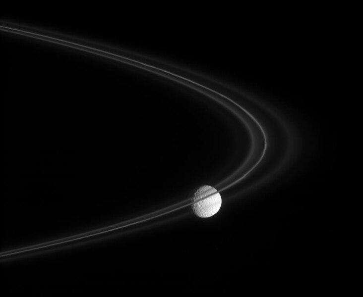 Mimas detrás del anillo F
