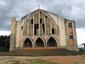 Deutsch: Katholisches Kirchengebäude in Huambo...