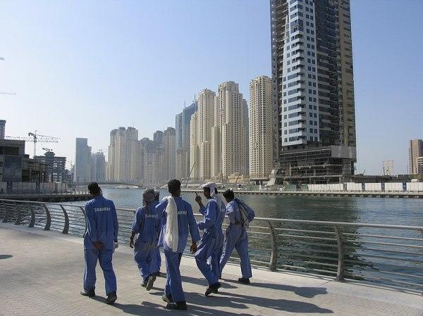 https://i0.wp.com/upload.wikimedia.org/wikipedia/commons/thumb/c/c8/Dubai_constr_workers.jpg/800px-Dubai_constr_workers.jpg?resize=600%2C449&ssl=1