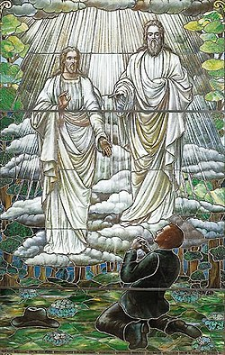 Glasmålning som visar Joseph Smiths första syn, utförd 1913 av okänd konstnär (Museum of Church History and Art).