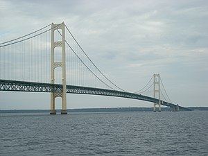 English: Mackinac Bridge between Mackinaw City...