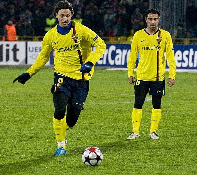 Español: Zlatan Ibrahimović y Xavi Hernández.