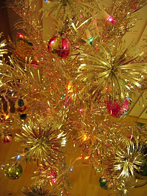 English: A closeup of an aluminum Christmas tree.