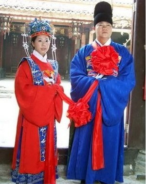 English: Traditional Chinese wedding attire