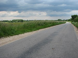English: View north along Little Snoring Road ...