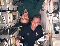 Los dos astronautas de la imagen se encuentran en una nave en ca�da libre. Por ello no experimentan gravedad alguna (su estado se describe coloquialmente como