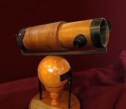 Αντίγραφο του δεύτερου ανακλαστικού τηλεσκόπιου του Νεύτωνα, που παρουσίασε στη Βασιλική Εταιρεία το 1672.[2]