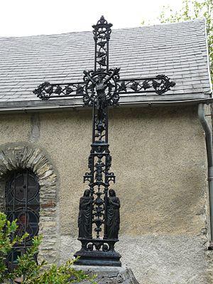 Français : Crucifix à côté de l'église d'Artig...