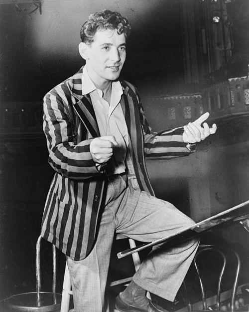 https://i0.wp.com/upload.wikimedia.org/wikipedia/commons/thumb/c/cd/Leonard_Bernstein_NYWTS_1945.jpg/500px-Leonard_Bernstein_NYWTS_1945.jpg