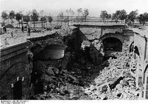 Bundesarchiv Bild 146-1970-009-17, Maubeuge, Festung, zerstörte Kasematten.jpg