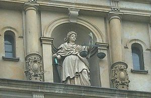 Figur der Göttin Justitia am Strafjustizgebäud...