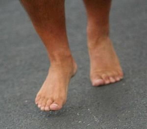 English: Bare feet running