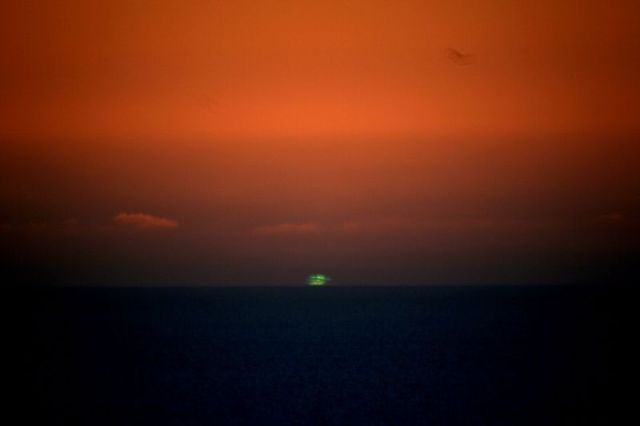 https://i0.wp.com/upload.wikimedia.org/wikipedia/commons/thumb/d/d2/Big_green_flash.JPG/800px-Big_green_flash.JPG?w=640