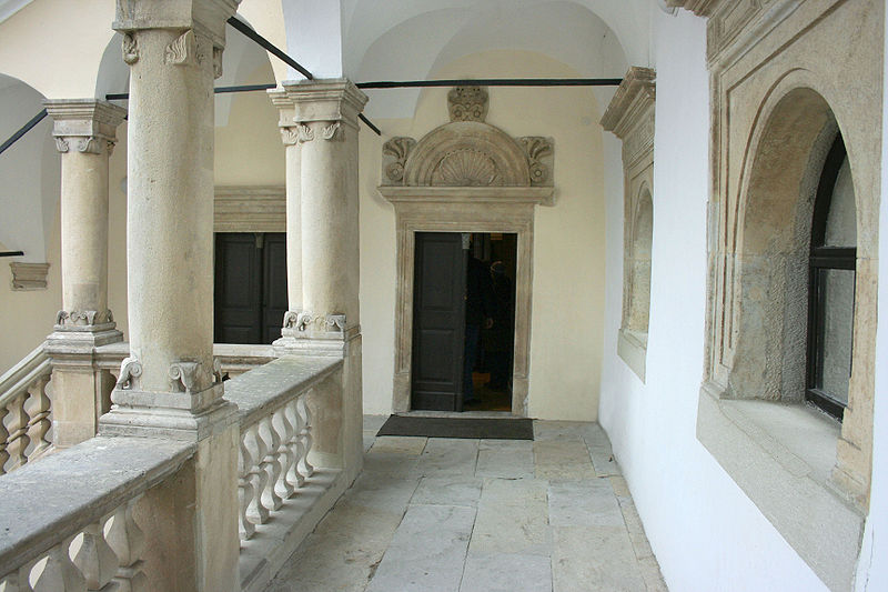 File:Sarospatak - Renaissance corridor, with a door.jpg
