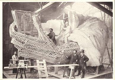 Construction Dune Des Mains En Prsence De Bartholdi