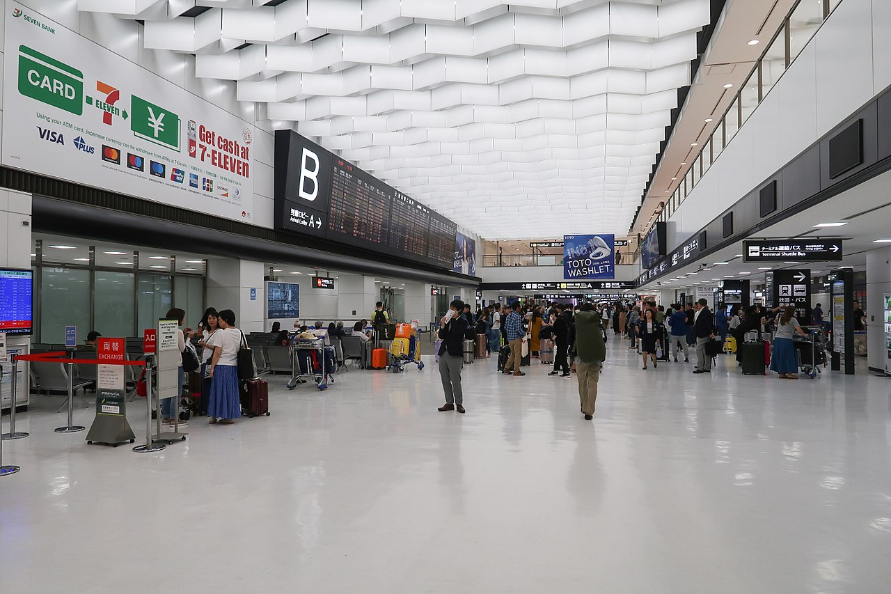 ファイル:Narita Airport Terminal 2 Arrival Hall 2018.jpg - Wikipedia