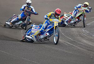 English: Tomasz Gollob (red helmet) on the lea...