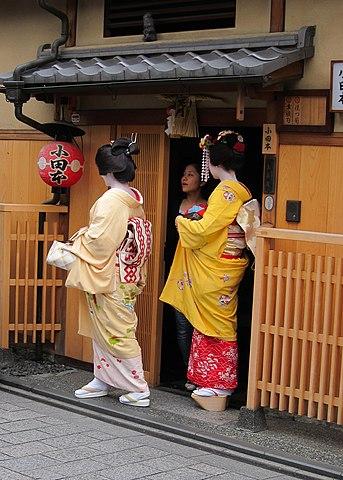 Dancing Girls Japanese Wallpaper File Geisha Maiko Shikomi In Kyoto Jpg Wikipedia