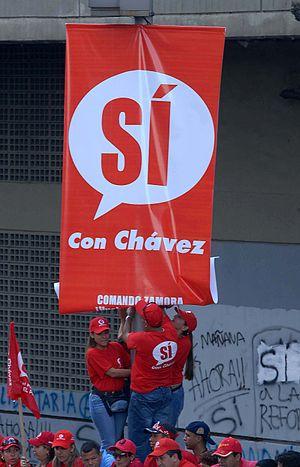 Español: Manifestantes fijan un cartel a favor...