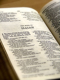 El Libro de Isa�as en una Biblia inglesa.