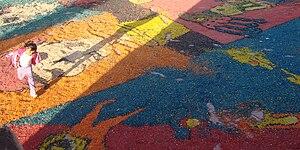 Español: Una niña corretea sobre el tapete de ...