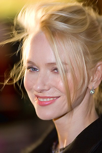 https://i0.wp.com/upload.wikimedia.org/wikipedia/commons/thumb/d/d6/NaomiWatts2Oct07.jpg/400px-NaomiWatts2Oct07.jpg