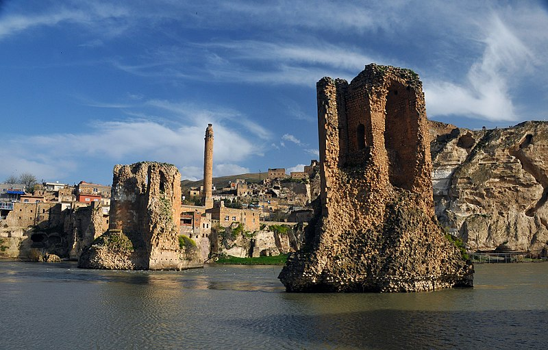 Le Pont de Hasankeyf en Turquie du sud  fut construt en 541 H (1146/1147) par l'émir de la dynastie turque des Artukqides  Fakhr al-Din Qara Arslan (ou Kara Arslan) (r. 1144-1174 CE) était un membre de la dynastie artukide et fils de Rukn al-Dawla Daoud , bey de Hasankeyf . Kara Arslan a règné à Hasankeyf après la mort de Daoud, le 19 Muharram 539 (22 Juillet 1144).