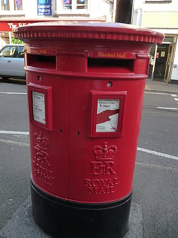 English: Ringwood : Royal Mail Postbox One box...