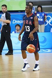 Chris Paul montant la balle en dribble sous le maillot de la sélection américaine