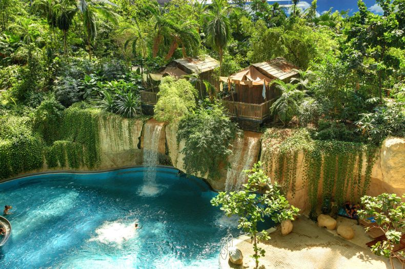 Wasserfall-Lodge im Tropical Islands