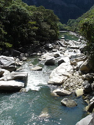 English: Urubamba River, Peru. Português: Rio ...