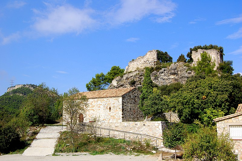 Church of Santa Maria de Miralles with the ruins of the Castell in the background, from Wikimedia Commons