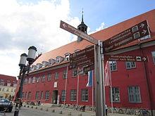 Hinweis auf den Jakobsweg (Abschnitt Via Baltica) beim Rathaus in Greifswald