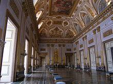 La reggia ha una superficie di 47.ooo m2, cinque piani e quattro cortili interni. Reggia Di Caserta Wikipedia