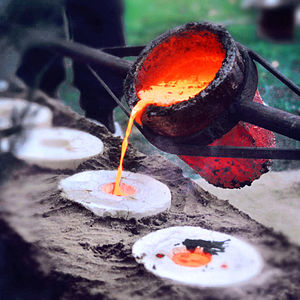 English: Liquid bronze at 1200°C is poured int...