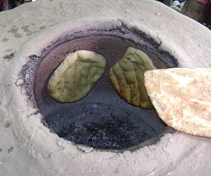 English: Cooking bread in Tandoor.