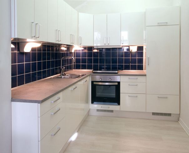 File:White kitchen with dark blue tiling.jpg