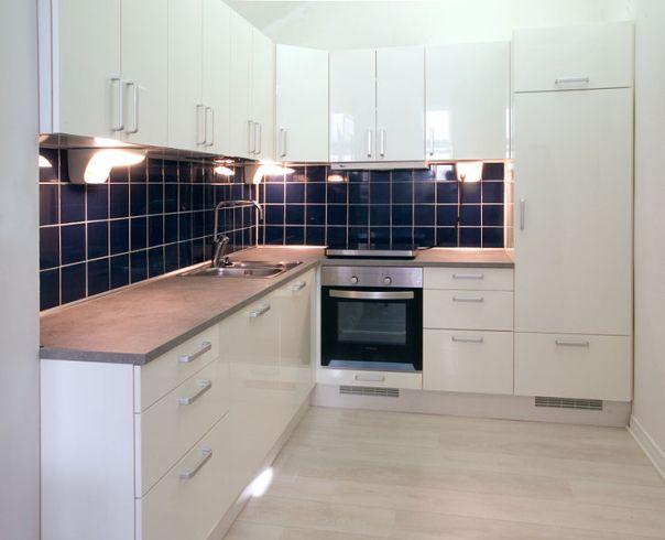 File:White kitchen with dark blue tiling.jpg