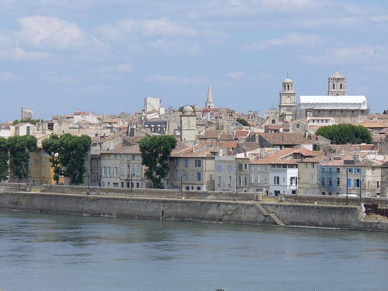 File:2360.Blick vom Ufer der Rhone auf Arles-Provence.JPG