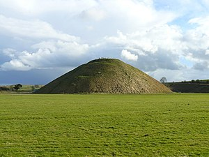 English: Avebury - Silbury Hill Looking a bit ...