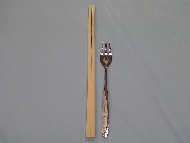 https://i0.wp.com/upload.wikimedia.org/wikipedia/commons/thumb/e/e1/Chopsticks_and_fork.JPG/640px-Chopsticks_and_fork.JPG