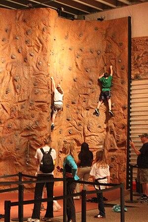 English: People climb the indoor rock climbing...
