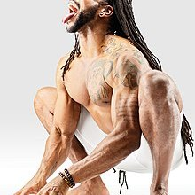Mr-yoga-lion-pose-dans-guirlande-pose.jpg