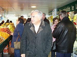 Dominique Strauss-Kahn sur un marché à Lagny s...